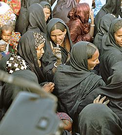 Fotograferne bliver fristet af de smukke og eksotiske tuareg kvinder ved festivalen.