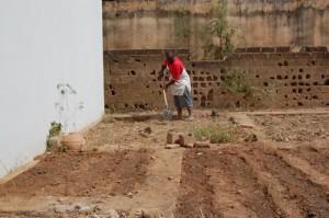 Jorden mellem fundamentet bliver renset for ukrudt, murbrokker og affald. Her giver Michelin et nap.