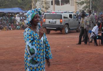 Den traditionelle sangerinde mister publikums opmærksomhed, da Oumou Sangarés Hummer forlader festpladsen