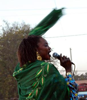 Til sidst i mindehøjtideligheden synger Oumou Sangaré, og publikum synger med