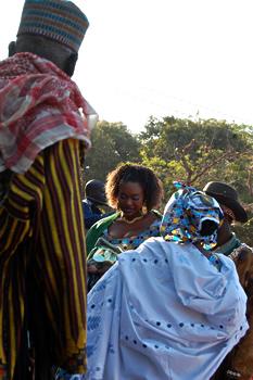 Oumou Sangaré deler gavmildt ud af pengesedler fra sin gyldne håndtaske