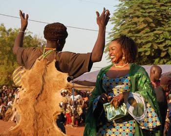 Oumou Sangaré hilser på byens lokale tosse