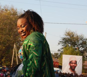 Portrættet af den tidligere premierminister Mandé Sidibé var på plakater og de optrædenes tøj