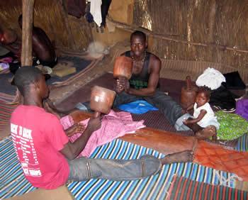 Foto: Carsten Elert. Det kræver stærke hænder, håndled og skuldrer at banke tekstiler dagen lang. Det er fast arbejde for tusindvis af mænd i Mali