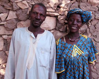 Hamidou er nygift med Fatoumata. Med et dårligt ben har han vanskeligt ved at forsørge hende