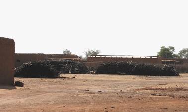 Brændestablerne får lov at ligge indtil træet går i opløsning