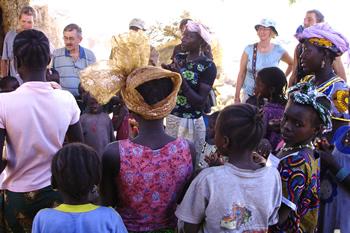 Foto; Margit Bæksted. Birys første turister får en smagsprøve af Birys traditionelle bryllupsmusik, inden de skal videre til andre kendtere turistmål i Mali
