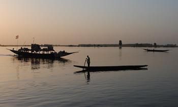 Færre turister nyder solnedgangen over Nigerfloden i Mopti efter at Frankrig har skærpet sin rejsevejledning til Mali
