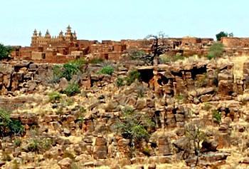 Tanga ligger isoleret i Dogonområdet i Mali på toppen af en stejl klippe fjernt fra trafik og larm