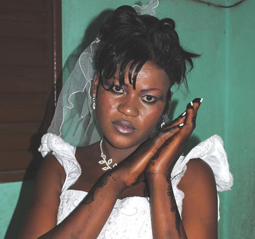 Lamenata i klassisk brudepositur. Sådan er billede har alle nygifte brude i Bamako. Hænder og fødder er tatoverede med hænder og neglelakken lagt på i mønster