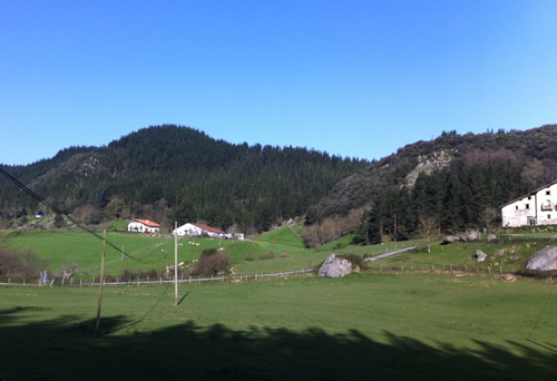Landsbyen i dalen er omgivet af mørk skov og lave bjerge