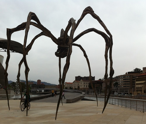 Edderkoppe-skulpturen Maman (mor) af Louise Bourgeois foran Guggenheim