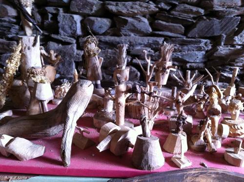 Emil er rykket fra Lønneberg til Vilabade i Galicien og skærer stadig figurer i træ