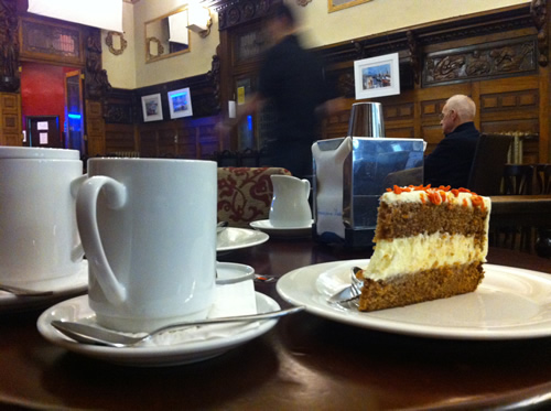 Dagens belønning: Kage på cafe i Santiago