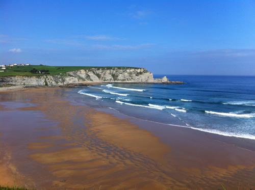 Flot strand mellem klinterne