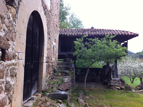 Et gammelt stenhus og forrådshus bagved