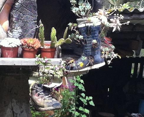 En støvle og gummestøvle har fået nyt liv som urtepotter