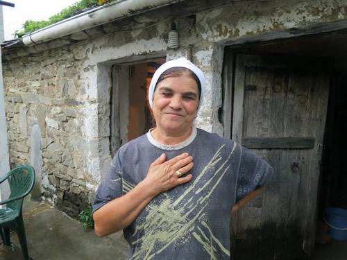 Dava foran det lille stenhus, hvor hendes svigerinde boede indtil hun rejste til Grækenland