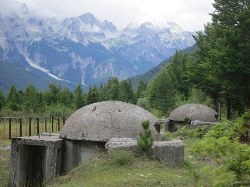 Tre bunkere nederst i Valbonadalen er bevaret. I dag er det svært at forestille sig frygten for en fjendtlig invasion gennem bjergene.